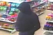Podezřelý z loupeže v nákupním středisku Máj v Litvínově na záběru bezpečnostní kamery