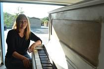 Kateřina Trčková a její piano v garáži. Dnes se objeví v Centralu v Mostě.