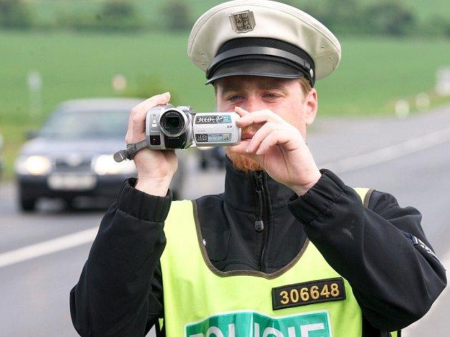 Policisté na Mostecku nahrávají přestupky řidičů.