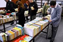 Burzu knih v Mostě navštívil v pondělí i Luboš Růžička (vpravo), majitel největšího antikvariátu v regionu. Hledání knižních pokladů na burze se stalo v Mostě oblíbenou činností.