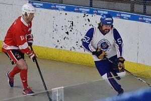 Mostečtí hokejbalisté (v bílém Švancar) zůstávají extraligoví.