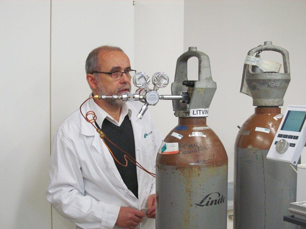 Jan Šafář, vedoucí střediska analytické chemie a vedoucí výzkumného programu, v jedné z laboratoří.