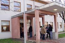 Lidé čekali v dlouhých  frontách před odborem sociálních věcí litvínovského úřadu.