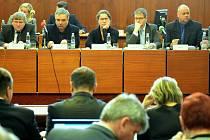 Mostečtí zastupitelé při únorovém zasedání.