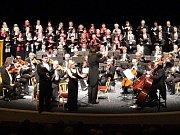 Na snímku je závěrečný koncert Festivalového orchestru Petra Macka minulé sezóny se sólisty, dirigentem a sbory.