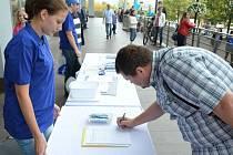 Podepisování petice během volební kampaně SMM na 1. náměstí v Mostě.