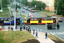 Střet osobního automobilu s tramvají na mostecké třídě Budovatelů.