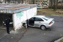 Auto narazilo do garáže, kde poškodilo uvnitř stojící vozidlo.