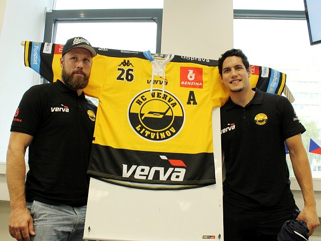 kapitán týmu Michal Trávníček (vlevo) a nová akvizice, Kanaďan Josh Nicholls