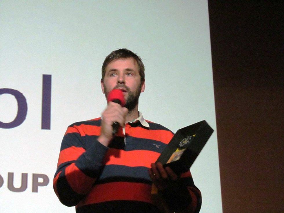 Šéf klubového marketingu Jan Klobouček před začátkem krátce povyprávěl o dokumentu a ukázal, jak bude vypadat balení DVD.