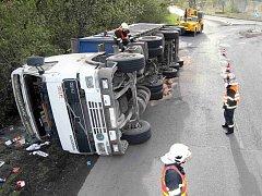Řidič kamionu s uhlím skončil v Komořanech na boku