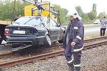 Vyprošťování BMW z kolejiště.