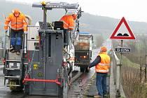 Stavbaři začali s frézování vozovky na mostě, který se bude rozebírat.