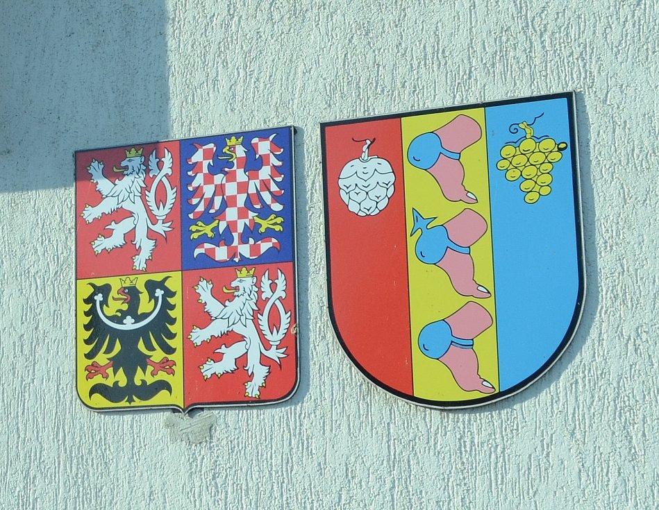 Znak obce Patokryje je ojedinělý, zobrazuje středověkou ochranu paty.