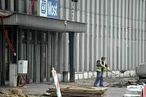 V Mostě teď mají hodně práce stavbaři. Na mnoha místech se opravuje. Na snímku rekonstrukce u nádraží, kde je zavřený hlavní vchod.