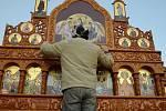 Pravoslavná církev s řemeslníky si v pondělí večer přijela do svého kostela v Mostě pro nepoškozený ikonostas, stěnu držící obrázky svatých.
