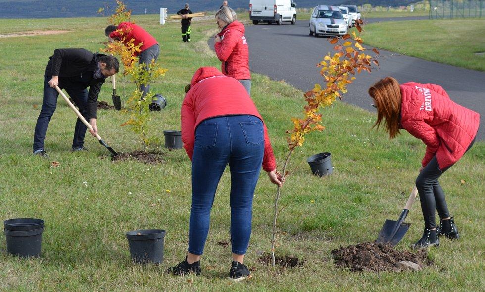 V areálu autodromu přibylo 50 nových stromů z výnosu z prodeje triček.