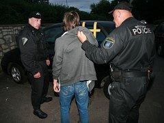 Hlídky zadržely na parkovišti za mosteckou tržnicí trojici mladíků, kteří se pokoušeli vloupat do osobního vozu.
