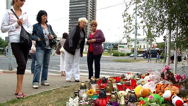 Lidé nosí na místo tragické události plyšáky, svíčky a květiny.