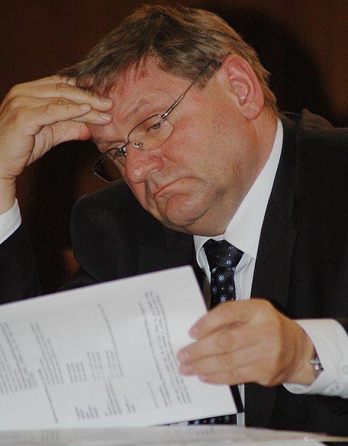 Radní Jiří Zelenka (SMM) listuje dokumentací.