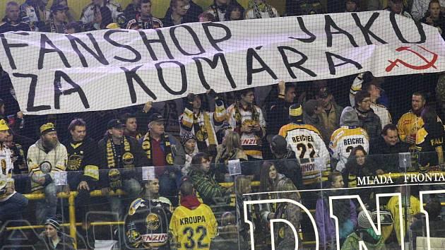 Protestní transparent na litvínovském hokeji.