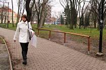 Radnice nechala na konci loňského roku v parku nainstalovat plůtky, aby zabránila lidem ve vyšlapávání cestiček.