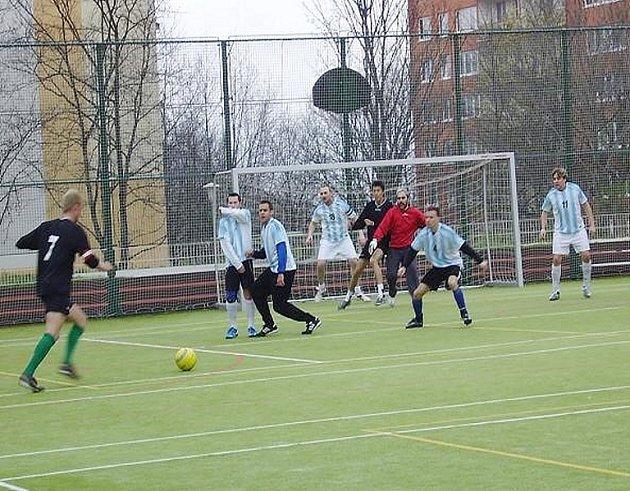 Zápasící mužstvo při mostecké lize malé kopané.