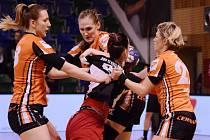 Mostecké házenkářky (v oranžových dresech) v posledním zápase se Slavií. Před třemi měsíci ji porazily ve finále Českého poháru.