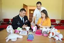 Dětské a dorostové oddělení mostecké nemocnice, které od října 2018 sídlí v modernizovaném pavilonu, dostalo stovku kojeneckých čepiček a plyšové hračky od Věznice Bělušice.