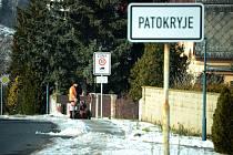Obec Patokryje, zimní údržba chodníku na okraji vesnice