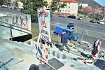 Řemeslníci opravují schody mezi parkem pod nemocnicí a ulicí Slovenského národního povstání v Mostě.