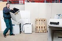 staré pračky patří do sběrného dvora v Mostě–Rudolicích. Druhý dvůr bude blíž k panelákům.