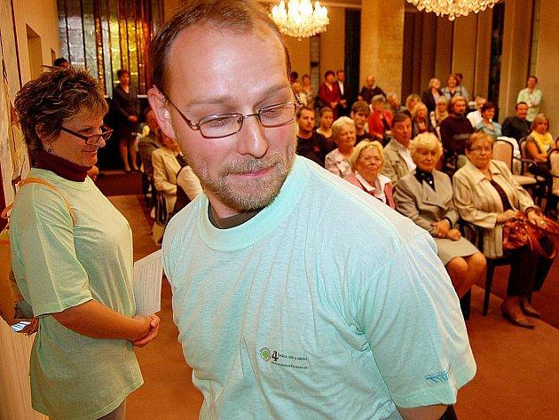 Tomáš Smrž z dětské organizace Zálesák ukazuje při zahájení kampaně propagační zelené tričko s odkazem na www.neziskovky.unas.cz na zádech.