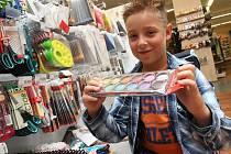 Před začátkem školního roku vyrazil do mosteckého papírnictví v Prioru také budoucí třeťák Matěj Ježek se svou maminkou Veronikou pro školní potřeby.