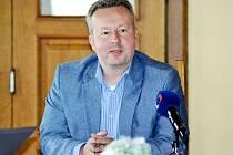 Ministr životního prostředí Richard Brabec na tiskové konferenci na hradě Hněvín v Mostě.