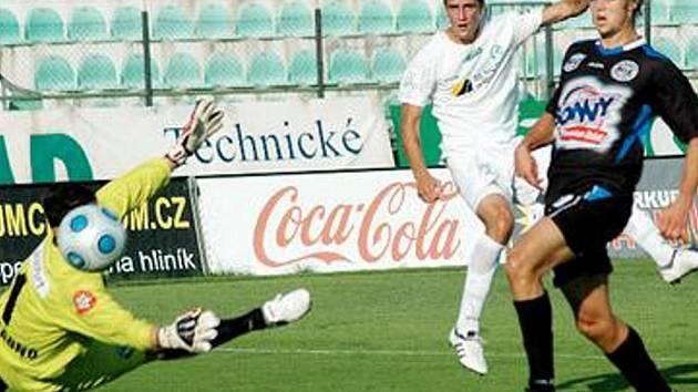 GÓL. Útočník FK Baník Most Petr Loos (v bílém dresu) právě překonává kladenského brankáře Kostolanského. Most si vytvářel šance jako na běžícím pásu, ale postup slavili nakonec hosté.