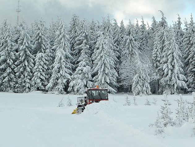 Úprava běžeckých stop na Dlouhé louce v Krušných horách.