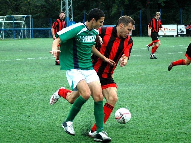 Meziboří (červené dresy) čeká v neděli zápas doma. Souš B (zelený dres) vyjíždí za soupeřem do Chomutova.