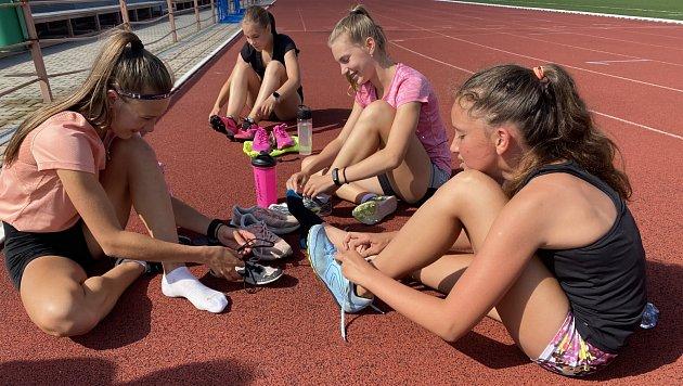 Mladé atletky trénují iběhem prázdnin.