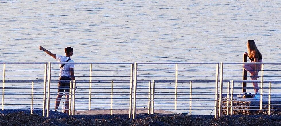 Jezero Most stále láká turisty, cyklisty a rekreanty, i když se otevře až v sobotu 12. září. Strážní služba lidi z areálu vykazuje a upozorňuje je, že vstup na pláže a přilehlé komunikace je zatím zakázán pod hrozbou pokuty.