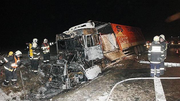Mladý muž uhořel v osobním automobilu po střetu s kamionem.