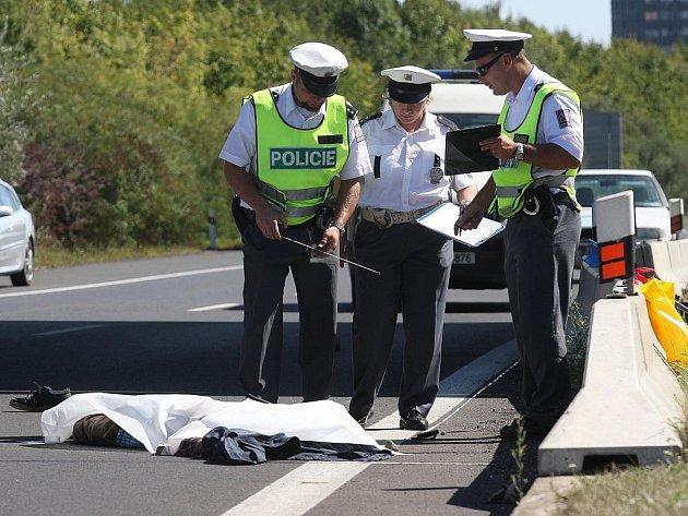 Policisté vyšetřují místo nehody.