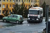 Čisticí vůz se vyhýbá překážejícímu autu, řidič k němu přispěchal krátce poté.