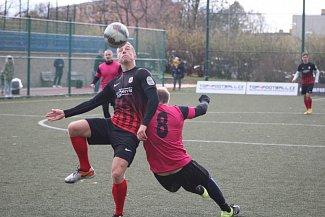 Matěj Koudelka z vítězného Atlética Most svádí souboj o míč.