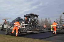 Výněna asfaltu na okruhu Autodromu Most.