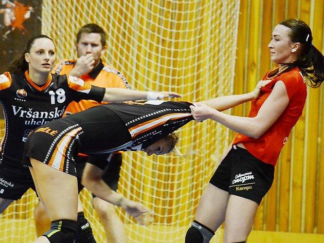 Simona Szarková (s dresem přes hlavu) nedostala od Rusek nic zadarmo.