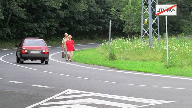 Podél této silnice povede chodník. Lidé tak už nebudou muset chodit po frekventované komunikaci.
