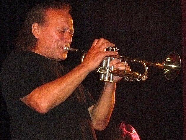 Laco Deczi na koncertě v Mostě.