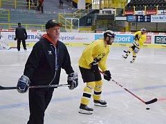 Trenér Radim Rulík cepuje hokejisty Litvínova od začátku týdne na ledu Zimního stadionu Ivana Hlinky.