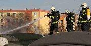 Hasiči likvidují požár koberce s umělým travním povrchem
